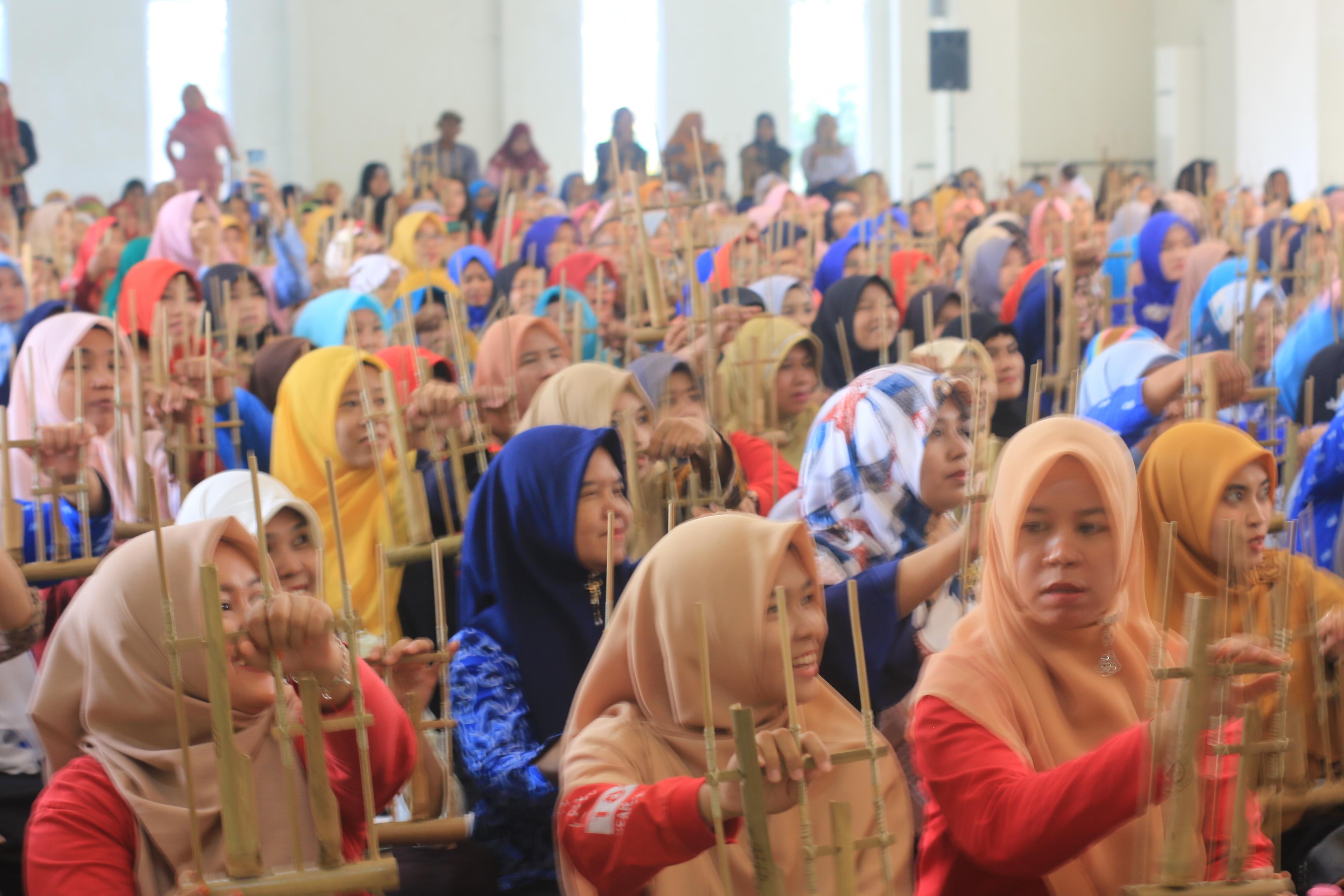 Kenalkan Alat Musik Angklung Kepada 370 Guru PAUD Di Wisata Djampang