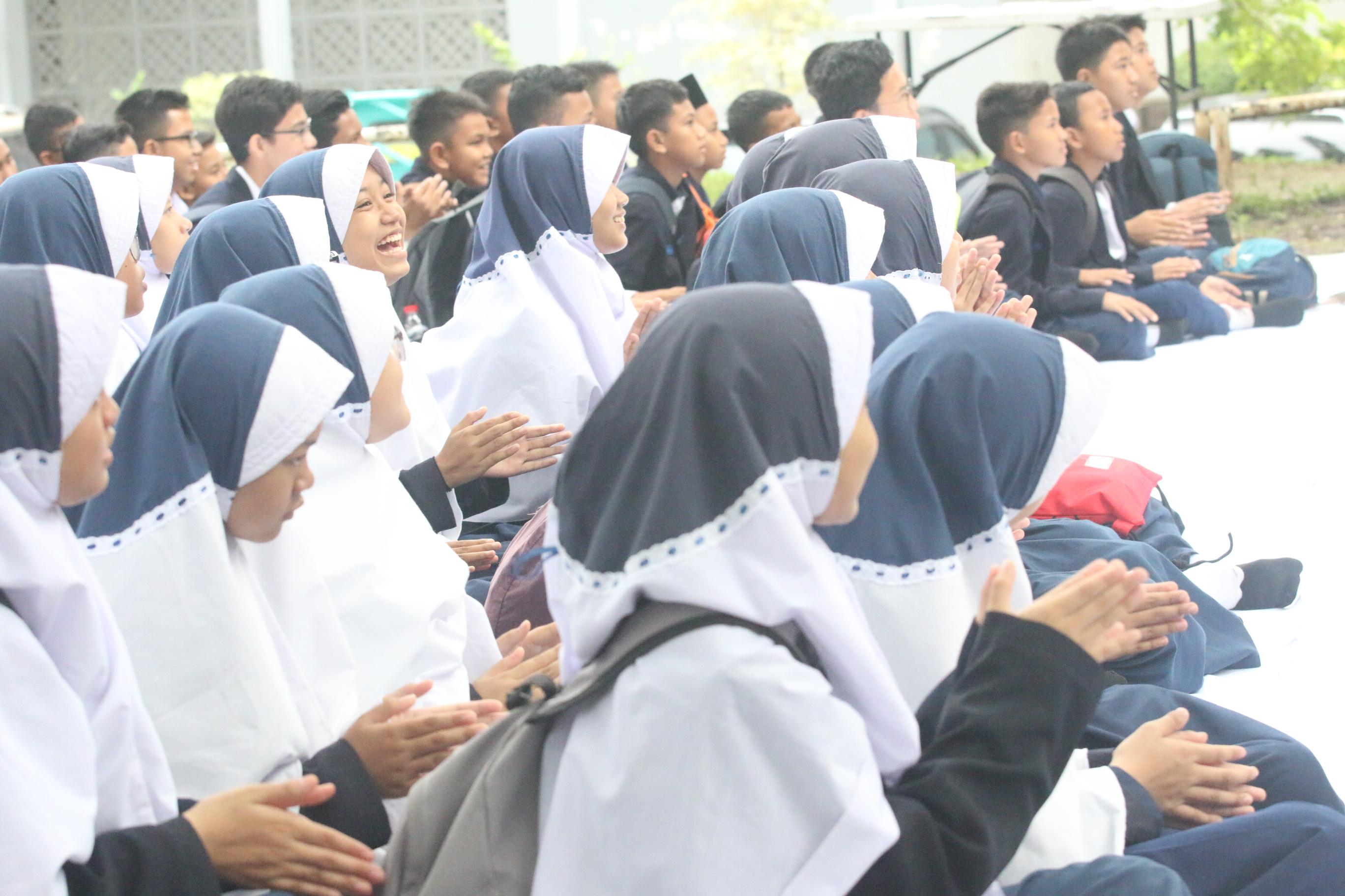 100 Siswa/I SMPIT INSAN MUBARAK Ikuti Fun English di Kawasan Zona Madina